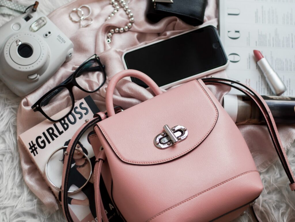co różowa torebka mowi o kobiecie