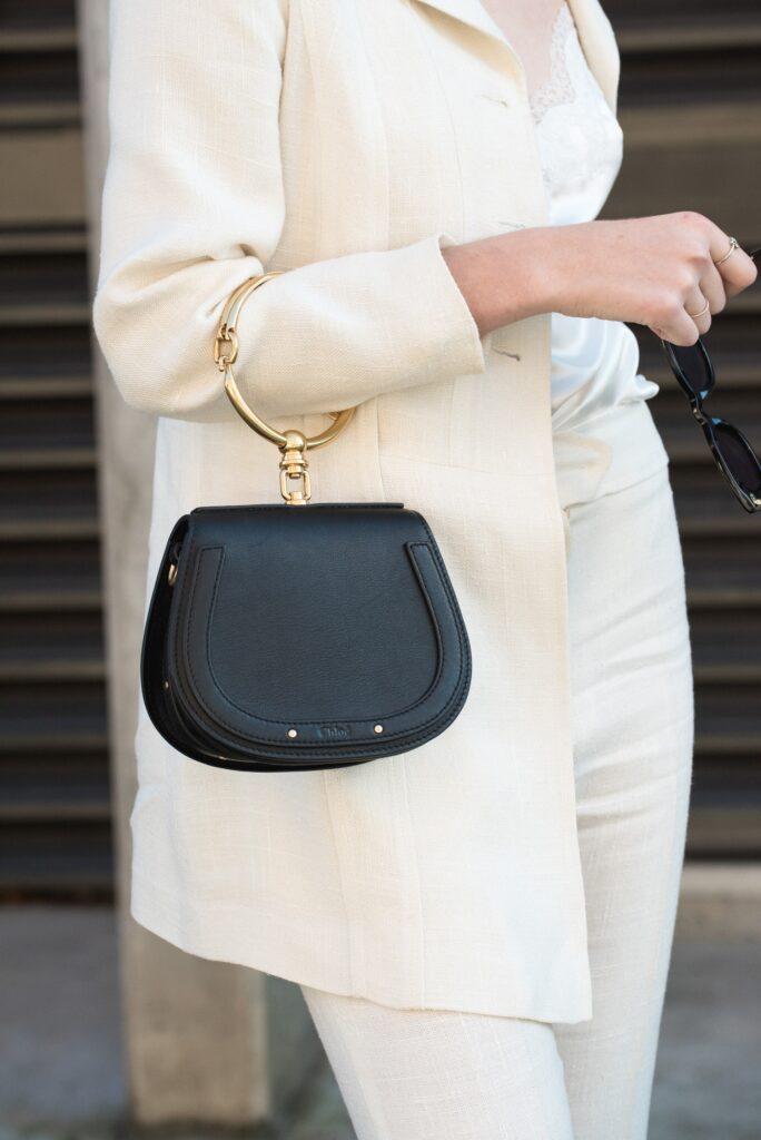 co sposób noszenia torebki mówi o kobiecie