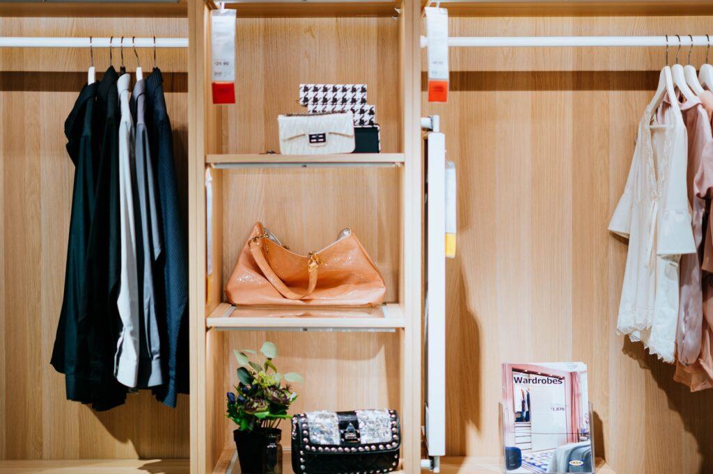 przechowywanie toreb damskich w szafie