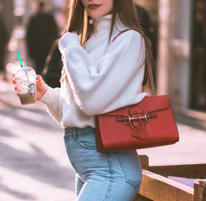 jak nosić torebkę na długim pasku aby wyglądać ładnie i stylowo