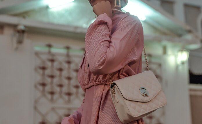jaka torebka bedzie pasować do pudrowej sukienki