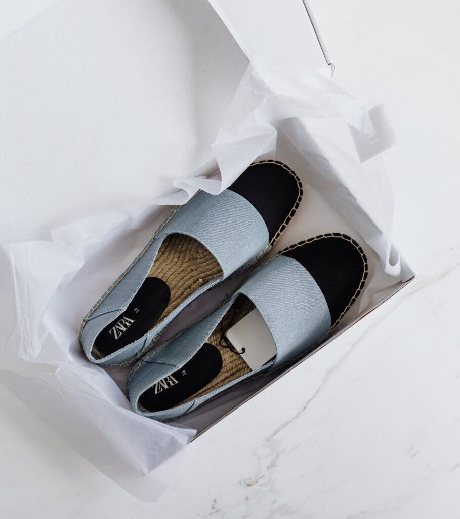jaka torebka do granatowych butów
