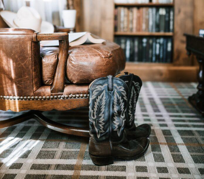 Jaka torebka będzie pasować do kowbojek?