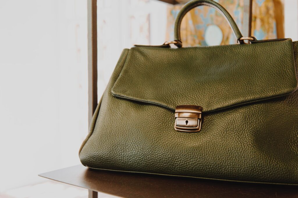 co zrobić gdy skórzana torebka farbuje?